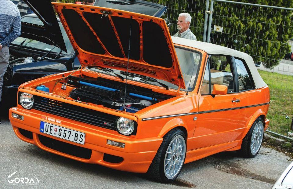 Pozz.Ovo je Golf 1 cabrio.Motor je 1.8 16v kr ubacen 2006 i atestiran.U auto je ulozeno preko 12 000 eura.KW gewinde,svi kederi novi oem,sparcov volan bbs nove felne nove gume dunlop sp sport 9000 195/40 r16,enterijer kompletno uradjen.Branici 800 eura Rieger,u planu je set karmanovih spojlera.